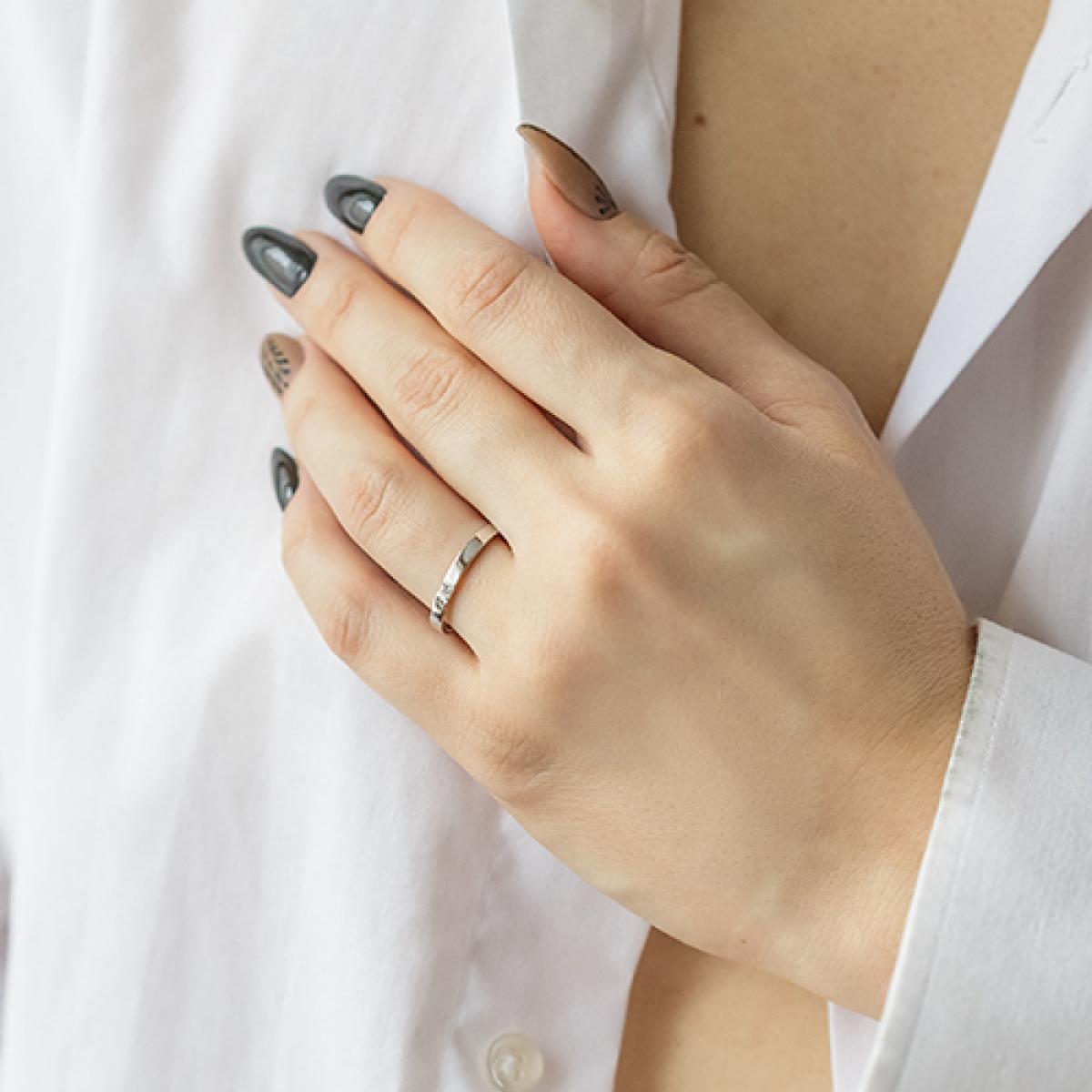Вузька обручка-американка в білому золоті ``Романтизм``(19,5-2,44)